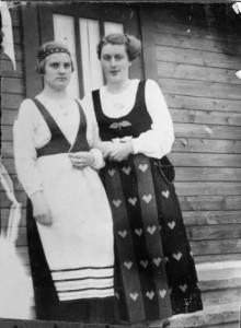 Kaksi kansallispukuista tätiä.